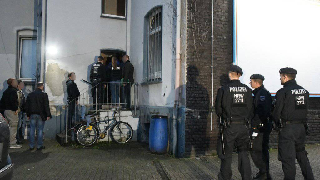 Mit einem Grossaufgebot geht die Polizei in Nordrhein-Westfalen gegen Mitglieder einer irakischen Rockerorganisation vor - hier eine Hausdurchsuchung in Essen.