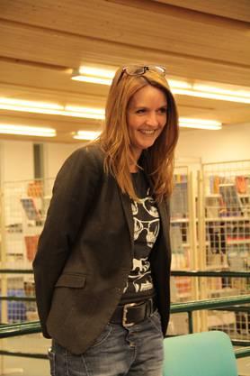 Conny Voltzenlogel, Leiterin der Gemeindebibliothek in Geroldswil, freut sich über das Interesse der Besucher