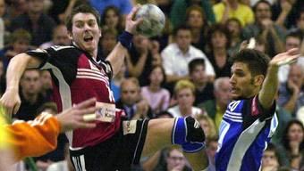 Zeno Läber (l.) in Aktion: Der rechte Flügel während eines Meisterschaftseinsatzes im Trikot des damaligen TV Suhr.