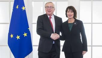 Handshake von Bundespräsidentin Doris Leuthard und EU-Präsident Jean-Claude  Juncker 2017 in Bern. (Quelle: Keystone/Peter Klaunzer)