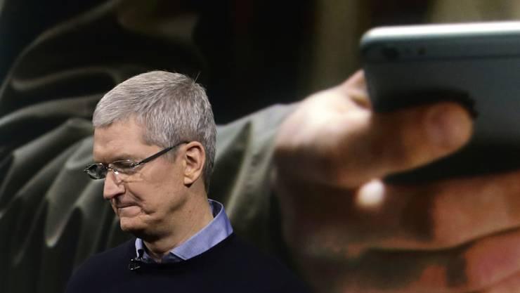 Apple-Chef Tim Cook an einer Produktelancierung im März: Zum ersten Mal seit 2003 konnte der Elektronikriese seinen Umsatz nicht steigern. (Archivbild)