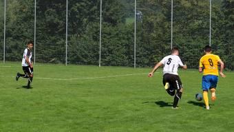 Im Derby zu Saisonbeginn – der Urdorfer Mirko Markanovic im Laufduell mit Mikel Lazri (gelbes Dress) – siegte Schlieren in Urdorf mit 6:2.