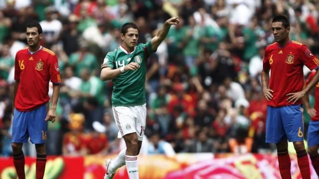 Javier Hernandez (links) schoss Mexiko gegen den Weltmeister in Führung