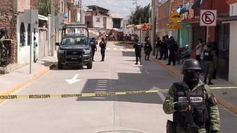 Soldaten der mexikanischen Nationalgarde sperren einen Tatort in Irapuato ab. (Foto:STR /EPA/ KEYSTONE/SDA)
