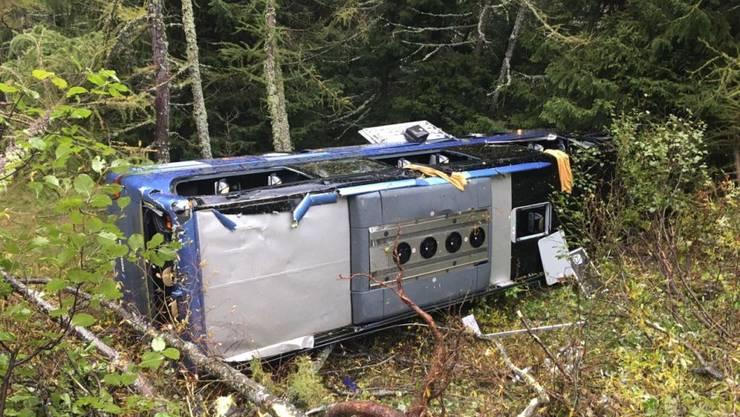 Weil der Chauffeur von einem Unwohlsein befallen wurde, ist am Nufenenpass im Oberwallis ein Car verunfallt.