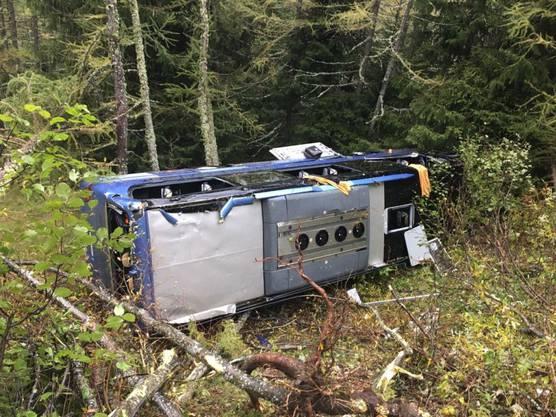 Am Nufenenpass verunfallte ein Reisecar, weil dem Buschauffeur unwohl wurde. Der Car fuhr über den linken Strassenrand hinaus und blieb im steilen Gelände 20 Meter unterhalb der Strasse liegen. Sieben Personen wurden verletzt.