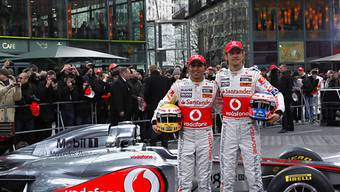 Hamilton (links) und Button mit dem neuen McLaren-Mercedes MP4-26