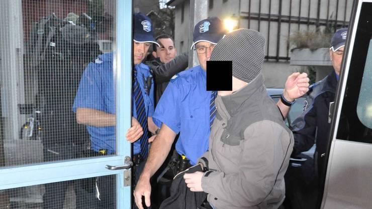 Der Aarauer Dirnenmörder im November 2011 auf dem Weg ins Bezirksgericht. (Archiv)