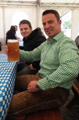 Prost! Ein Oktoberfestbesucher mit Lederhose und Maas.