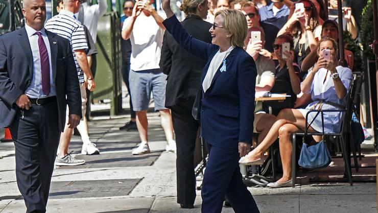Hillary Clinton verlässt die Wohnung ihrer Tochter in New York. Zuvor hatte sie sich unwohl gefühlt und die 9/11-Gedenkveranstaltung verlassen.