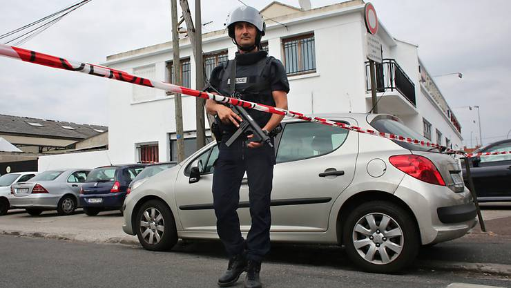 Polizist bei einem Anti-Terror-Einsatz in Argenteuil bei Paris.