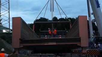 Sie ist 36 Meter lang und rund 40 Tonnen schwer. Die Rad- und Gehwegbrücke wurde innerhalb von zwei Wochen von der Hüsser Holzleimbau AG in Bremgarten produziert und am Mittwochabend, unter den Augen vieler interessierten Bremgarter, an ihren Bestimmungsort gebracht.