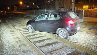 Eine Polizeipatrouille entdeckte in der Nacht auf Mittwoch in Staad SG ein auf den Bahnschienen abgestelltes Auto. (Kantonspolizei St. Gallen)