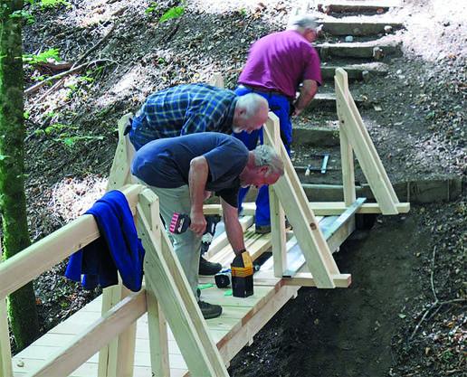 Nur gerade einen halben Tag benötigten die Senioren von Schöftland und Umgebung, um die neue Brücke des Liebespfads aufzubauen.