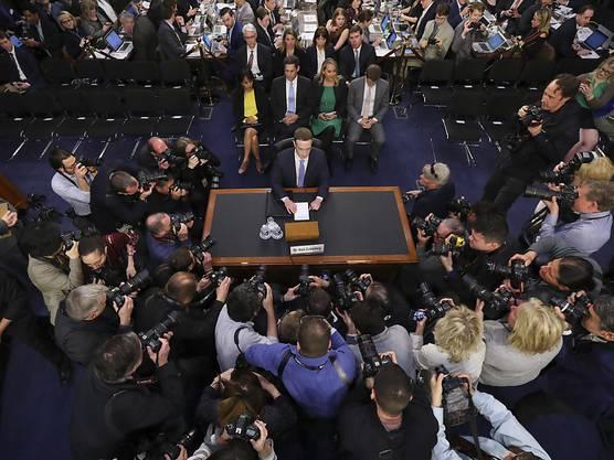 Zuckerberg vor der Anhörung im US-Senat, umringt von Fotografen.