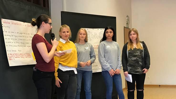 Der Jugendrat tagte im Singsaal des Schulhauses Luberzen. Von Links: Jennifer Peterhans, Valentina Büschi, Leonie Stocker, Kreshmeh Jabari und Géraldine Füllemann.