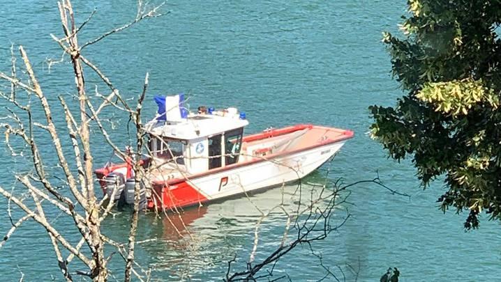 Auf der Aare in Solothurn war am Montag und Dienstag ein Polizeiboot mit Tauchern unterwegs.