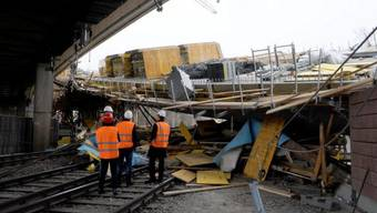 Techniker untersuchen die eingestürzte Brücke