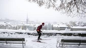 Für einmal muss man nicht in die Berge, um Wintersport zu betreiben. Ein Langläufer auf dem Lindenhof in Zürich.