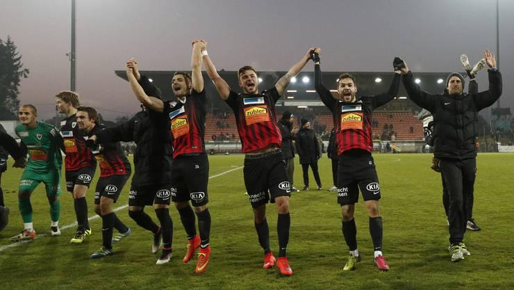 Die Spieler des FC Aarau jubeln nach Spielende vor der Kurve.