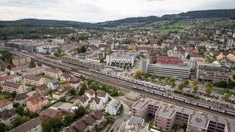 Blick auf Dietikon aus dem Limmattower: Das Limmatfeld und die Gebiete Richtung Schlieren und Spreitenbach würden sich für weitere Hochhäuser eignen.