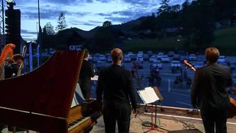 Eröffnung des Festival du Lied in Charmey FR: Die Musiker treten auf einem Parkplatz auf, das Publikum sitzt in Autos mit offenen Fenstern.
