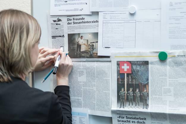 Die Bildzensur machte Fotos durch Verpixeln oder Verzerren unkenntlich, während die Textzensur mehrere Artikel übereinander kopierte oder sie schredderte.