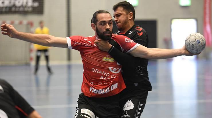 Final: TVE-Neuzuzug Justin Larouche (vorne) im Zweikampf mit HSC-Portugiese Diogo Oliveira.