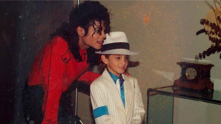 Weil er einen Tanzwettbewerb gewann, durfte er sein Idol kennen lernen: Der fünfjährige Wade Robson 1987 mit Pop-Superstar Michael Jackson. HBO