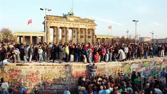Danach war die Wiedervereinigung Deutschlands nicht mehr aufzuhalten: Berliner Mauer und Brandenburger Tor am 10. November 1989.