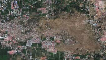 Bei den jüngsten Erdbeben in Indonesien ist das Verschwinden einer Siedlung der Stadt Palu auf der Insel Sulawesi auf einem Satellitenvideo festgehalten worden. Auf den am Samstag veröffentlichten Aufnahmen ist die Verflüssigung des Bodens klar zu erkennen.