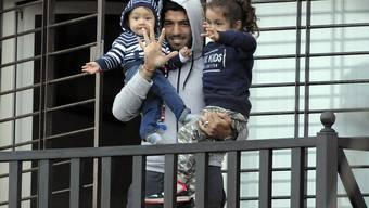 Luis Suarez zeigt sich zu Hause auf dem Balkon den Fotografen - gemeinsam mit seinen Kids.