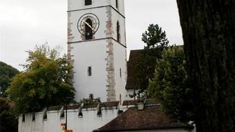 Die Muttenzer Dorfkirche mit ihrer schützenden Mauer.