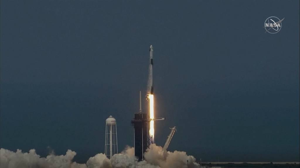 SpaceX-Rakete zur ISS unterwegs