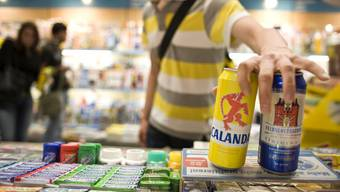 Das Dosenbier zum Mitnehmen hat grossen Anteil am Comeback der Büchsen in Regalen von Schweizer Detailhandelsketten und Kiosken.