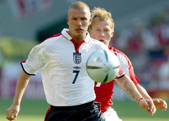 Internationaler Durchbruch: An der EM 2004 meldete Christoph Spycher den englischen Posterboy David Beckham fast komplett ab.