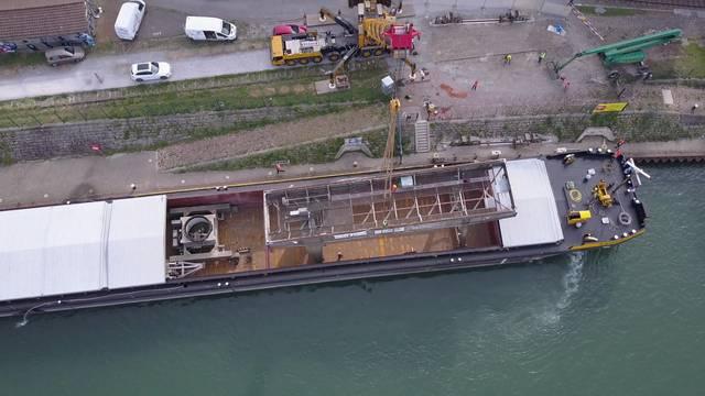 Die Einzelteile des Hafenkrans werden vom Schiff entladen.