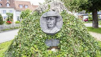 Das blutige Laken ist mittlerweile weg: Nur noch Efeu bedeckt den Gedenkstein von General Sutter in Rünenberg.