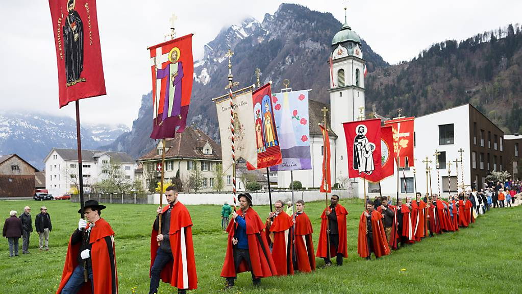 Die Näfelser Fahrt im Kanton Glarus findet dieses Jahr wegen Corona ohne die farbenprächtige Prozession statt. (Archivbild)