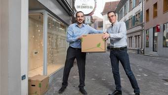 Gabor Kovats (r.) zieht mit seinem Optikgeschäft vorübergehend zu seinem Cousin Manuel Kovats an die Rathausgasse, bevor die beiden im Mai den gemeinsamen Laden an der Weiten Gasse 32 eröffnen.