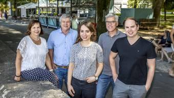 Die bisherige und baldige Geschäftsleitung des Architekturbüros vor der Hafebar (v. l.): Catherine und Bruno Walter, Carmen Podberscek, Adrian Kaiser sowie Alain Walter.