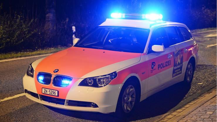Ein 57-jähriger Taxifahrer touchierte den von ihm überholten Personenwagen einer 72-jährigen Frau, wie die Kantonspolizei Zürich mitteilt. (Symbolbild)