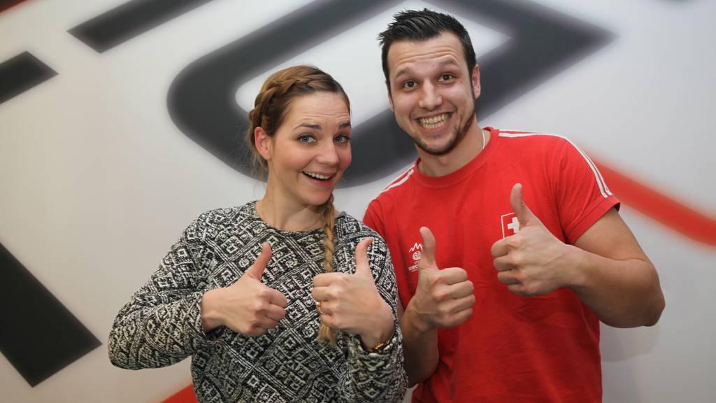 Gewann auch schon 500 Franken bei Kein Song doppelt: Josip aus Hünenberg (rechts) mit Moderatorin Liliane Merz.