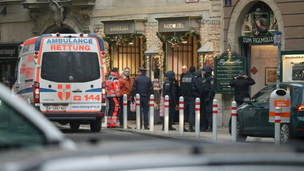 Nach Schüssen in der Wiener City Einsatzkräfte im Bereich des abgesperrten Tatorts.