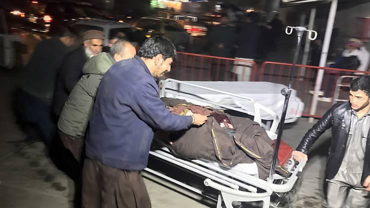 Das Rettungspersonal in Kabul hat nach der Bombenexplosion alle Hände voll zu tun
