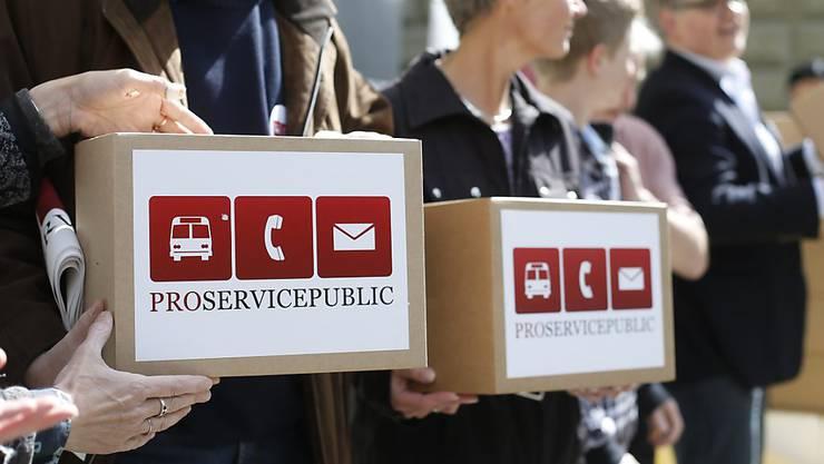 """Das Volksbegehren """"Pro Service public"""" erhält im Parlament keine Unterstützung. Im Bild die Initianten bei der Einreichung der Unterschriften (Archivbild)."""