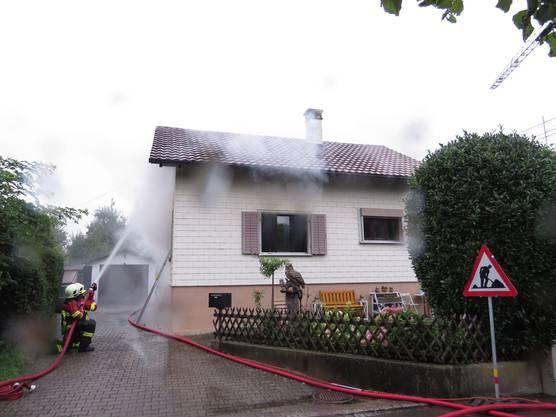 Personen wurden nicht verletzt. Der Sachschaden dürfte über 100'000 Franken betragen. Die Polizei hat die Ermittlungen eingeleitet.