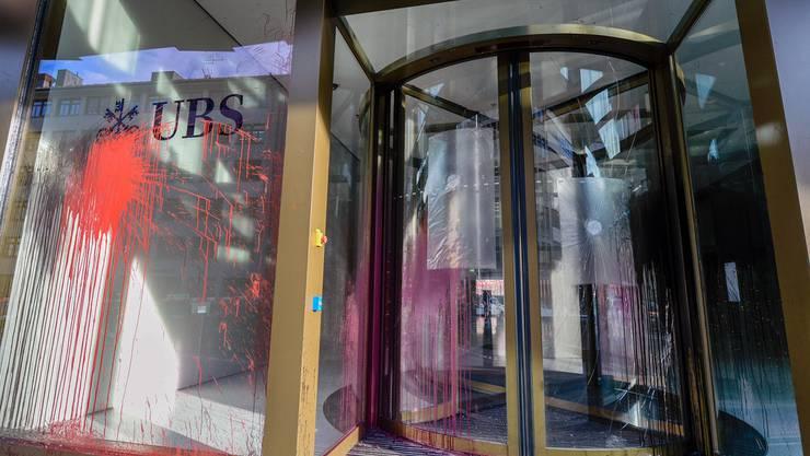 Ein Farbanschlag gegen eine UBS Bankfiliale in der Zürcher Europaallee.