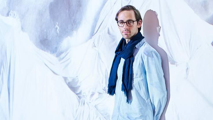Moritz Hossli vor einem seiner Gletscherbilder.