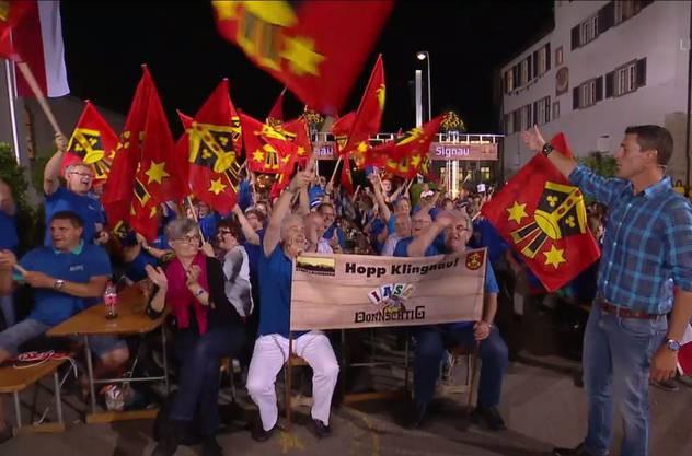 In der letzten Runde lassen die Klingnauer nichts mehr anbrennen – Moderator Roman Kilchsperger mit den jubelnden Fans aus dem Aargau.